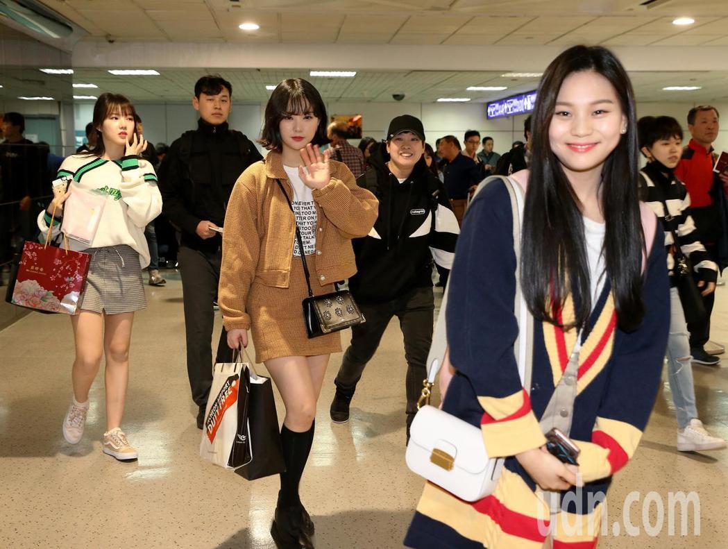 韓團GFRIEND的6名成員27日中午搭機抵台,準備28日在台灣開唱。記者陳...