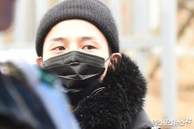 BIGBANG成員G-Dragon今天以陸軍身分到江原道新兵教育隊報到,正式報效國家。他卸去粉絲熟悉的表演妝容,露出清秀素顏,在工作人員陪同下完成身分登記,順利報到。他服役的陸軍第3師團白骨部隊,是...