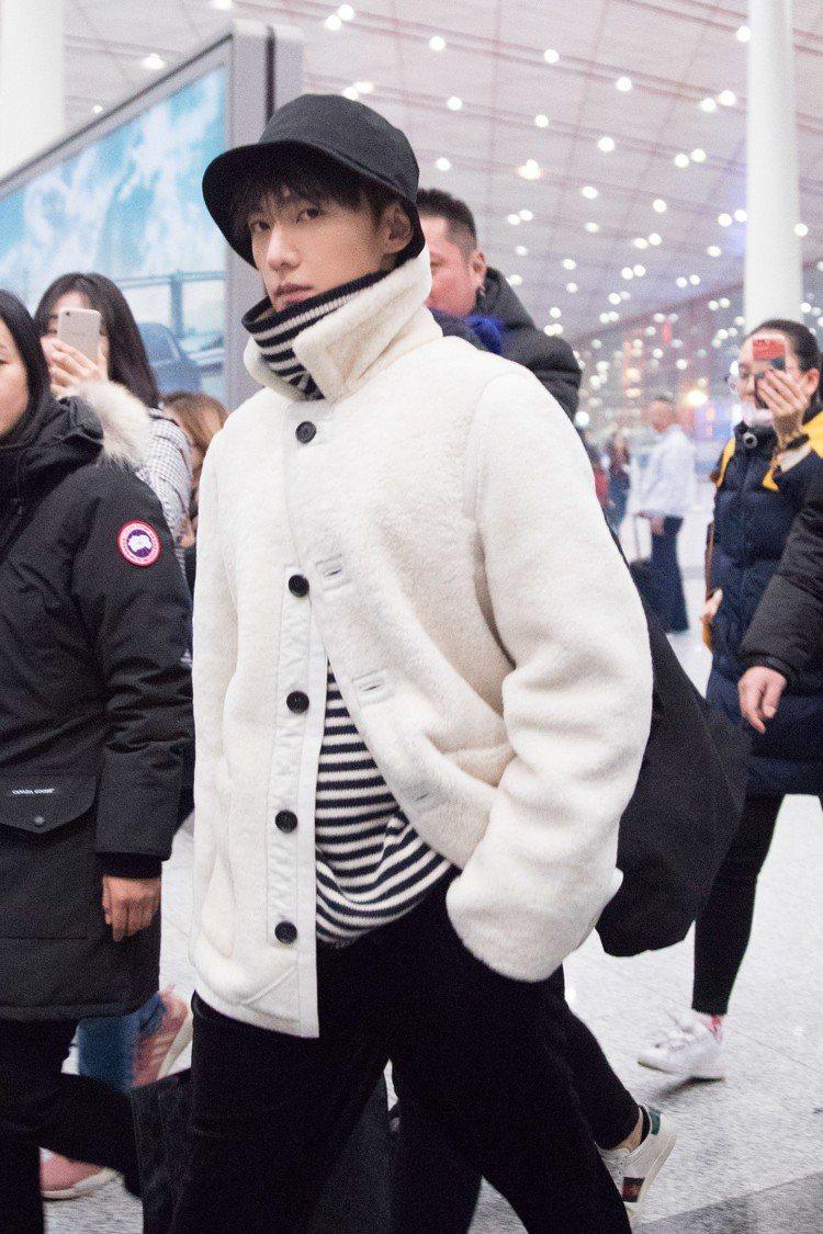 大陸男星楊洋日前現身機場時亦已AllSaints高領上衣當作搭配。圖/摘自微博