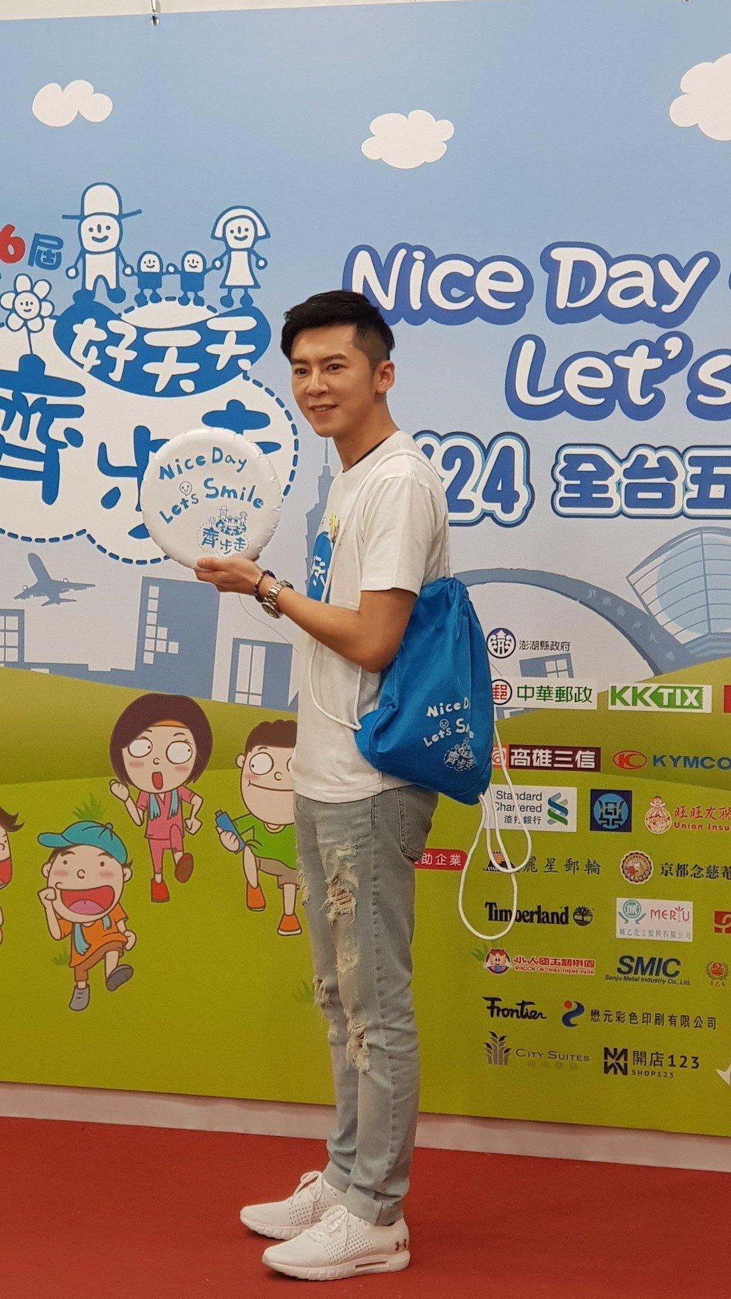 李國毅出席公益活動,推廣義賣背包。記者杜沛學/攝影