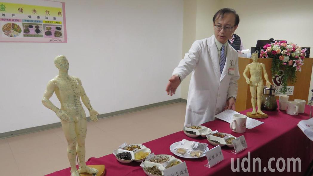 為恭紀念中醫部主任杜旻峯提醒減重必須兼顧健康,可以依體質泡一些簡單中藥茶包或是按...