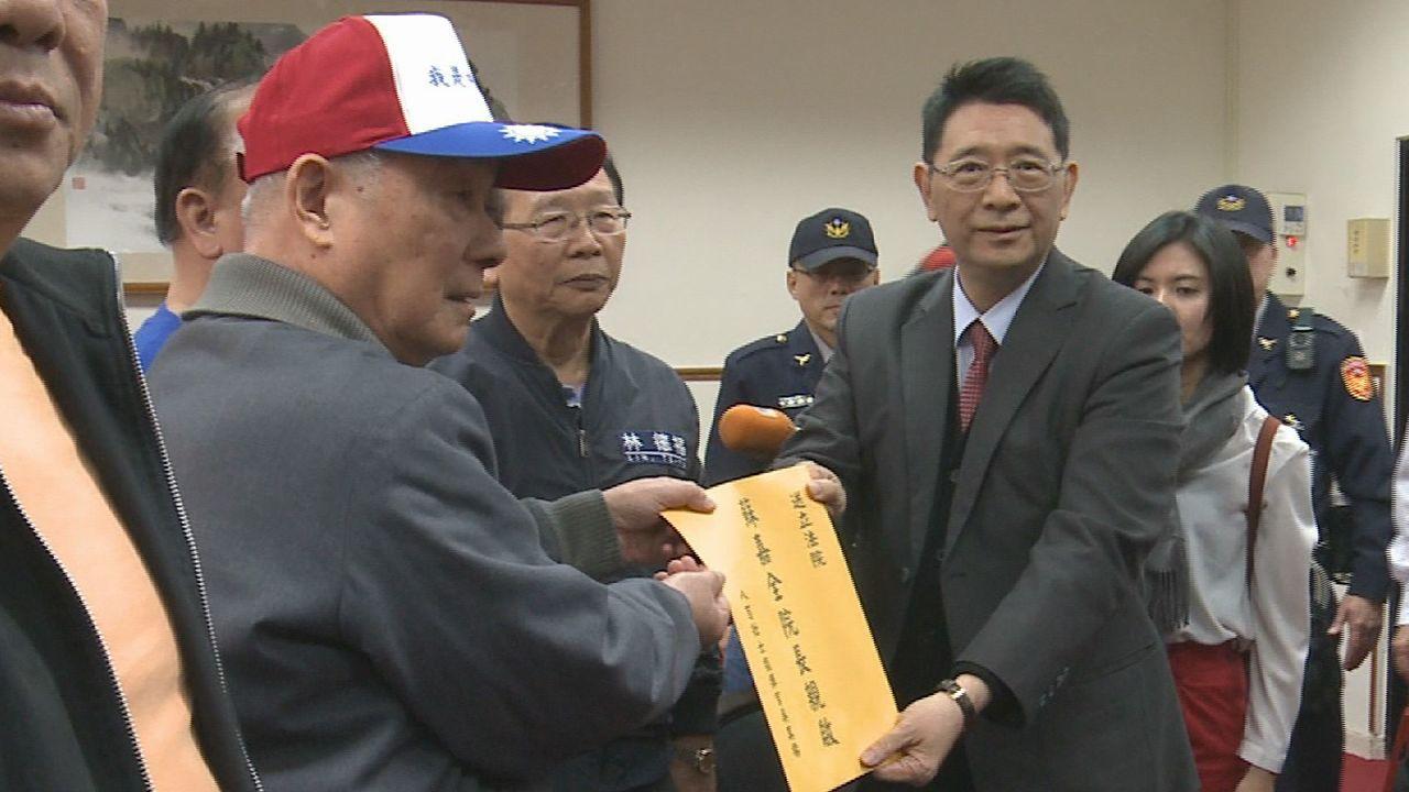 八百壯士遞交陳情書給立院秘書長林志嘉。記者林洧旭/攝影