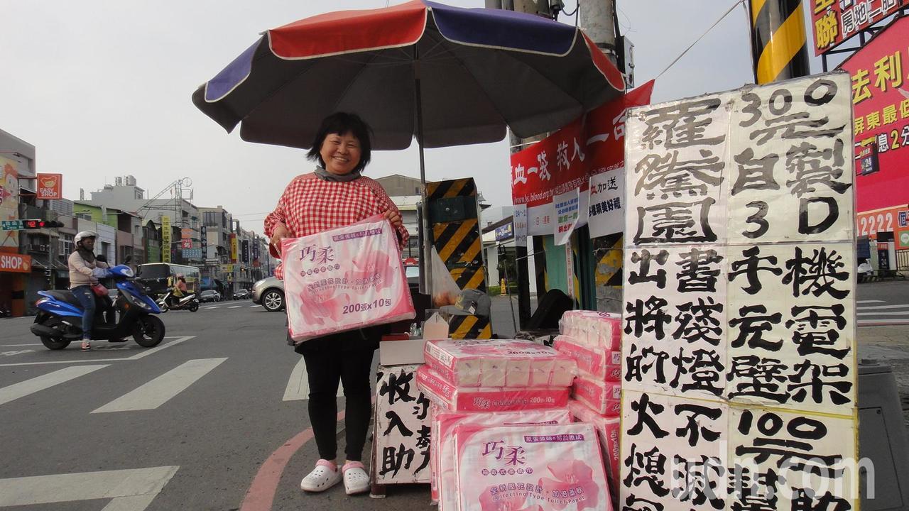 屏東縣議員蔣月惠今天照常在街頭擺攤義賣。記者蔣繼平/攝影