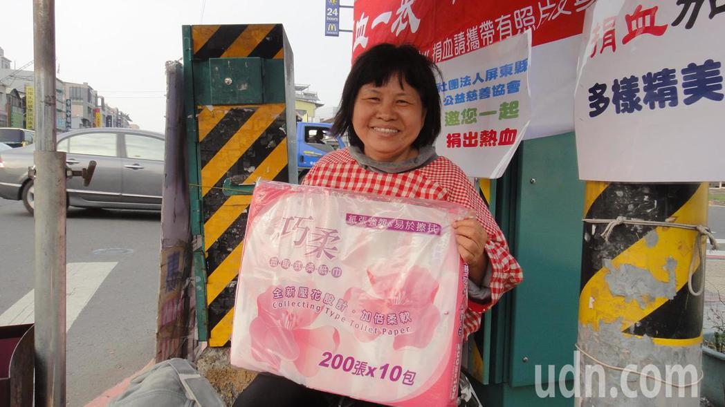 屏東縣議員蔣月惠表示,衛生紙存貨夠,暫不會漲價。記者蔣繼平/攝影