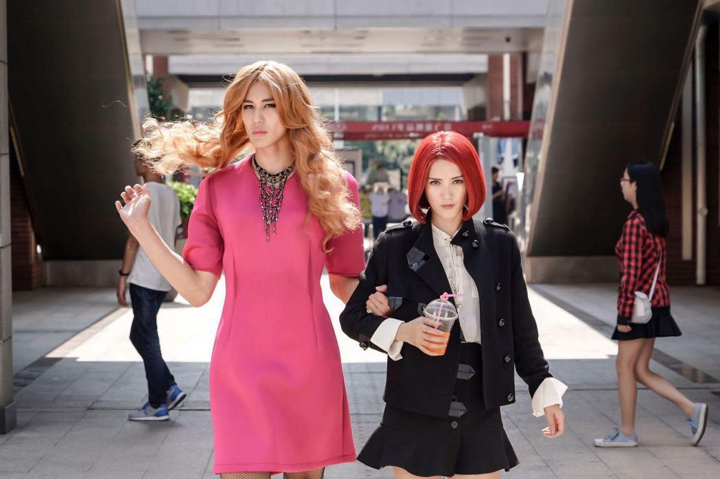 風田(左)女裝模樣妖豔。圖/可米傳媒提供