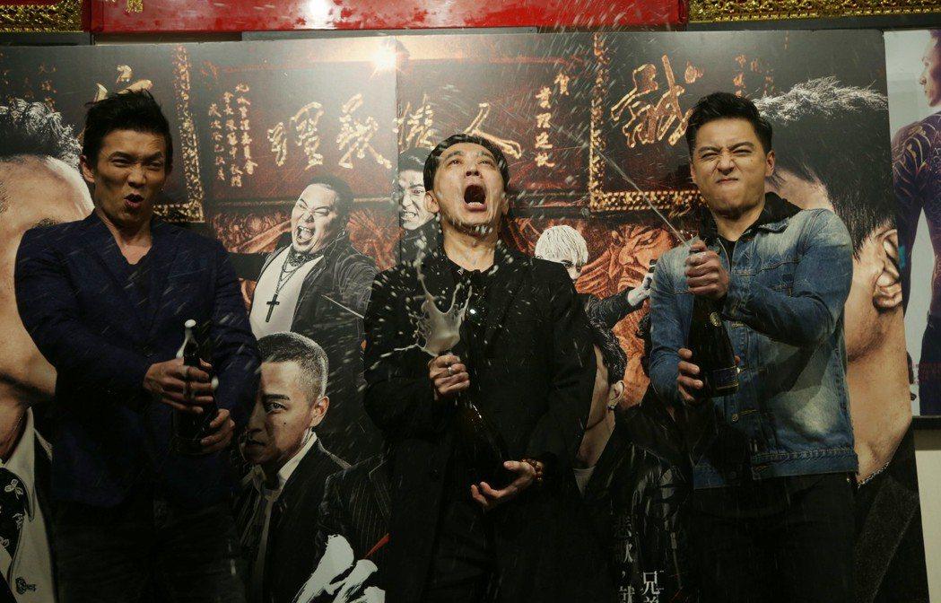 「角頭2」破億演員鄭人碩(右起)、高捷、黃尚禾開心慶功。記者陳瑞源/攝影(※ 提...