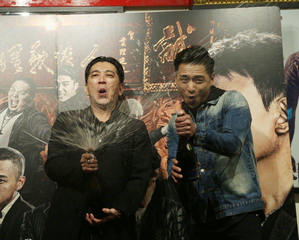 「角頭2」破億演員鄭人碩(右)與高捷開心慶功。記者陳瑞源/攝影(※ 提醒您:禁止...