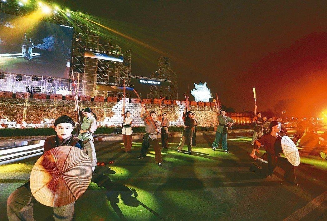 高雄市文化局即將在左營舊城舉辦「見城計畫」大型舞台劇,昨晚彩排,場面壯觀。 記者...