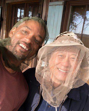 好萊塢動作男星威爾史密斯28日在IG開心曬出與華人大導演李安的合照,兩人都戴著附有面紗的帽子,顯然是因為當地蚊蟲過多,必須遮擋,不過他們還是笑得非常開心。威爾史密斯發文表示,這是新片「雙子殺手」開拍...