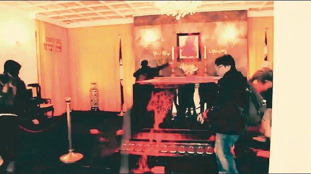 慈湖陵寢故總統蔣介石棺柩、遺像,昨遭獨派青年潑紅漆。 圖/翻攝自「FETN-蠻番...