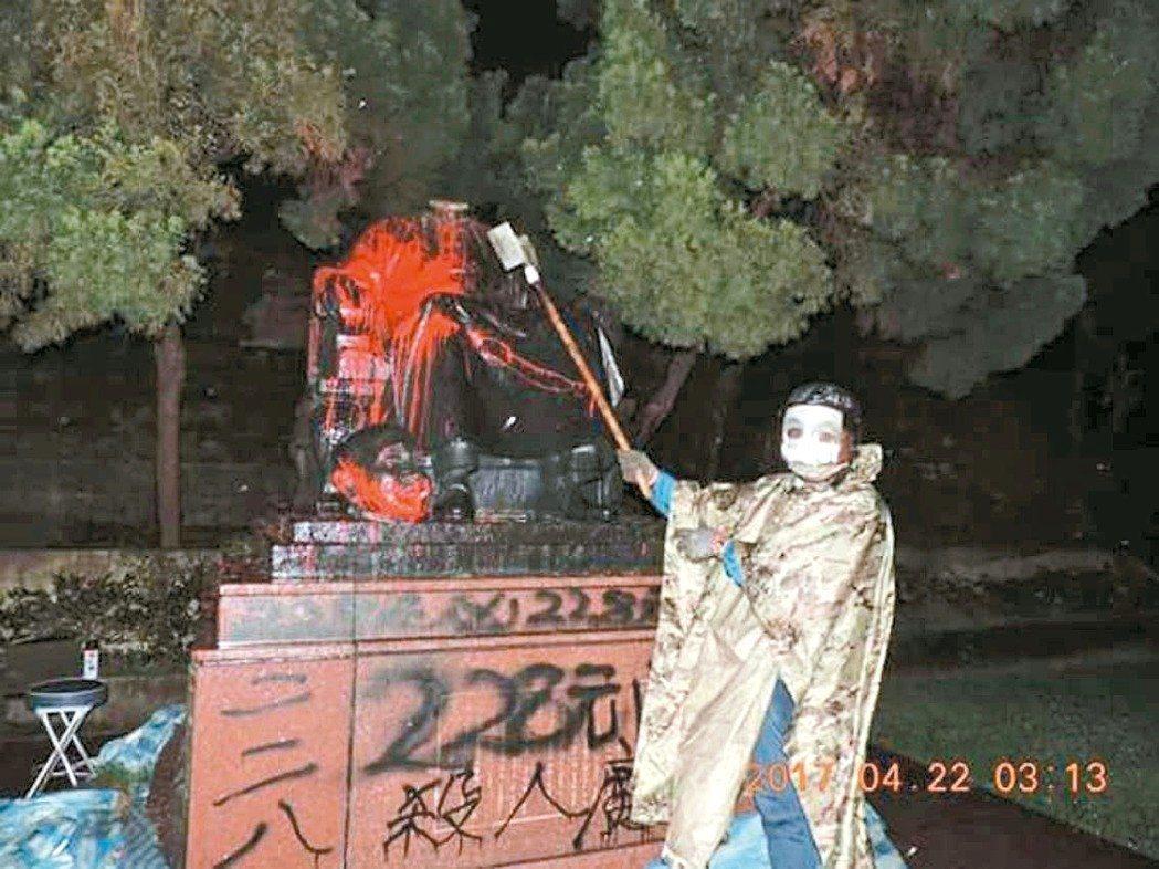 台北市陽明山公園蔣公銅像遭砍頭。 圖/聯合報系資料照片