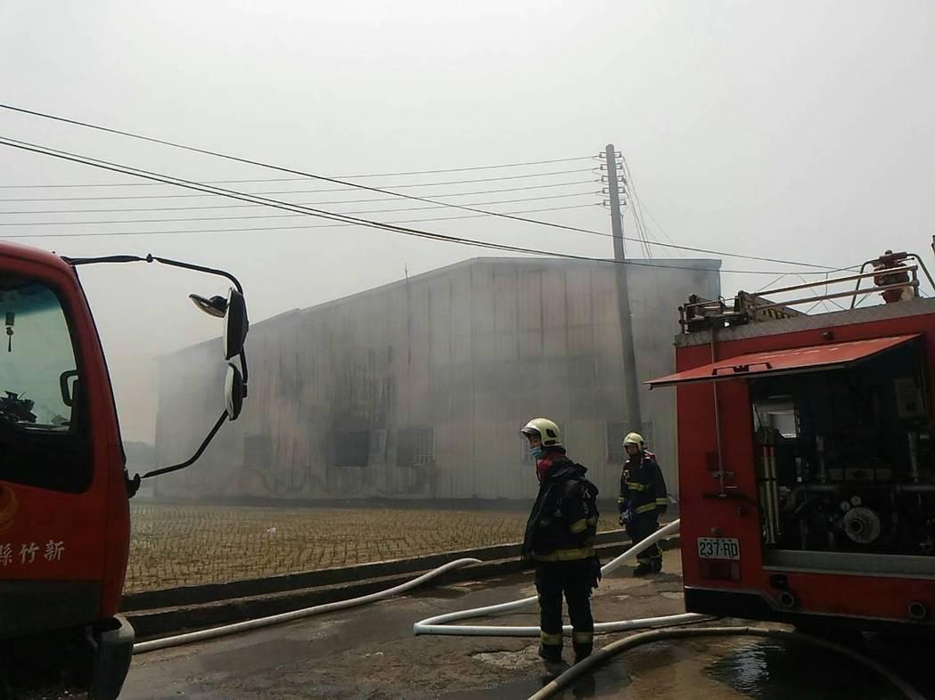 曾有消防人員搶救倉庫火警,卻因吸入濃煙昏迷送醫不治。記者郭宣彣/翻攝