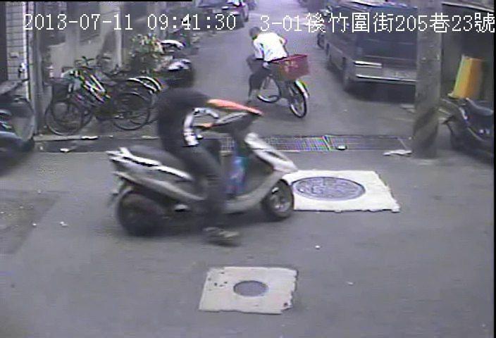 搶嫌騎腳踏車逃逸,機車騎士尾隨,報警將他逮捕。 圖/警方提供