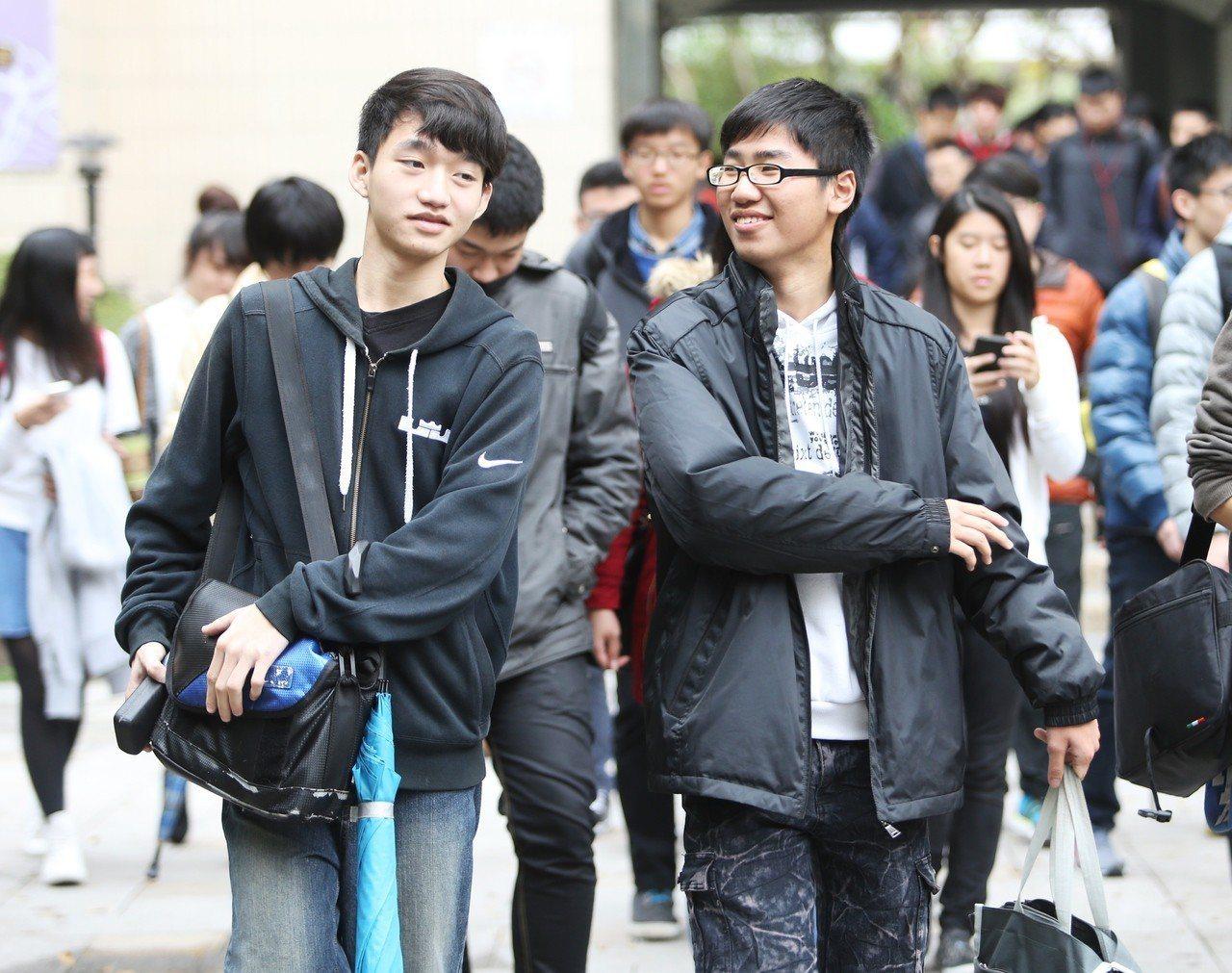 圖為高中英聽測驗考生。本報資料照/記者黃威彬攝影