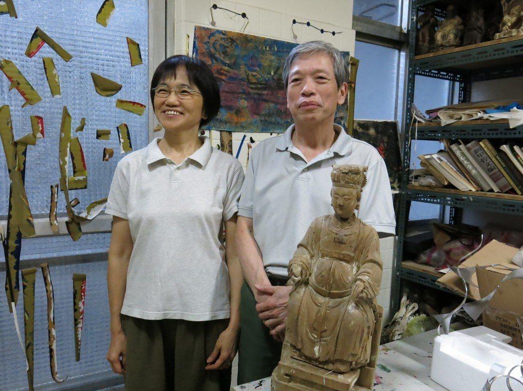 楊恭熙醫師(右)在夫人黃勻秋女士(左)的支持下,玩賞於神像世界。 攝影:張淑卿