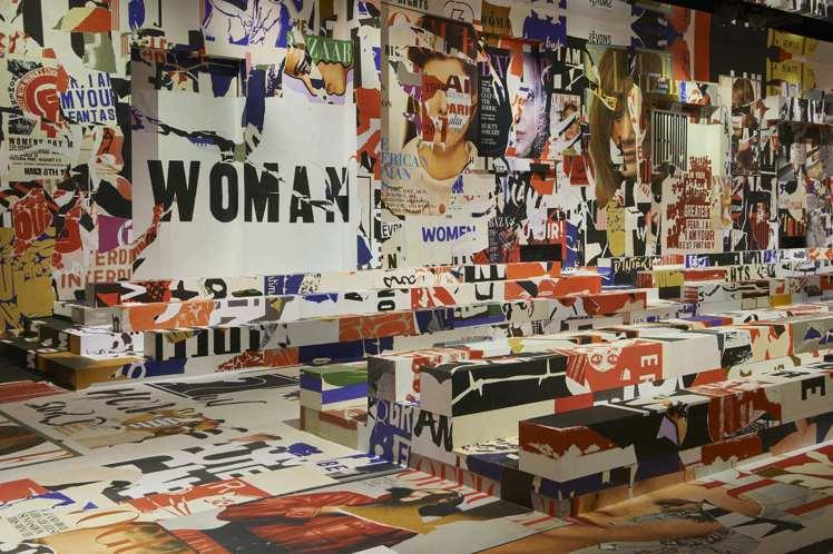 WOMAN字樣貫穿秀場場景設計。圖/Dior提供