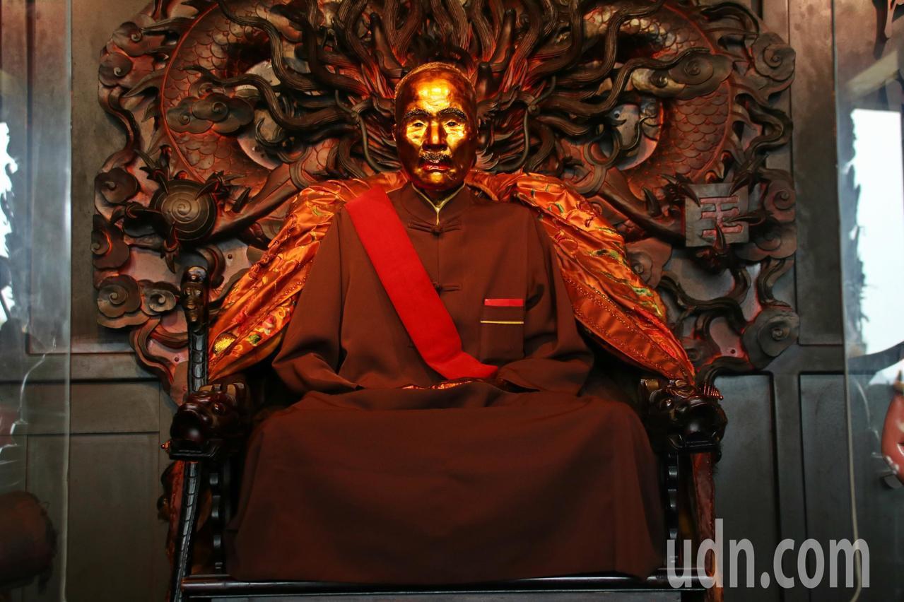 靈雲寺哲學廟開山祖師謝石德圓寂後成了肉身菩薩,供奉在寺內被稱為「佛詩人」。記者曾...