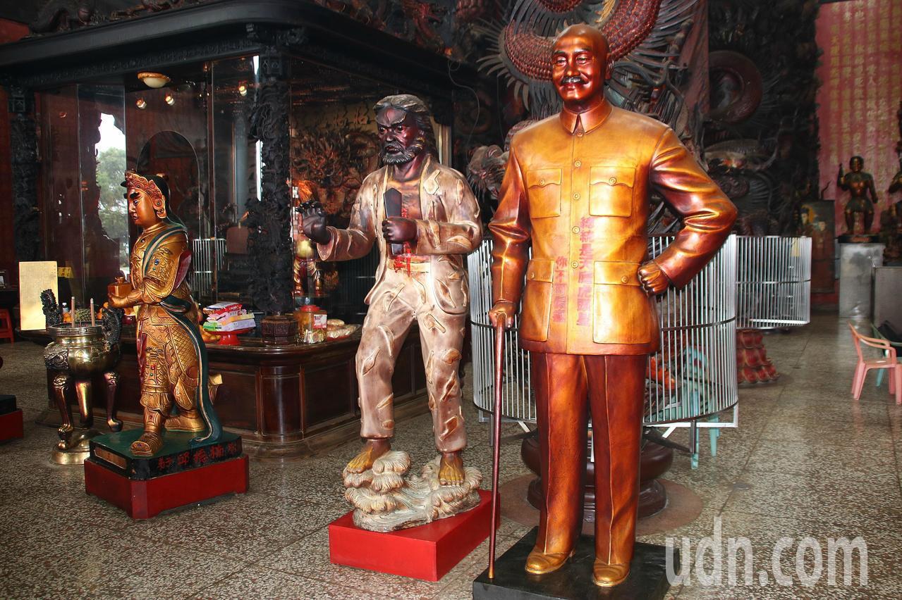 寺內供奉1尊高約2.5公尺的蔣公銅像,是寺方30多年前工匠打造,感念老蔣的大德。...