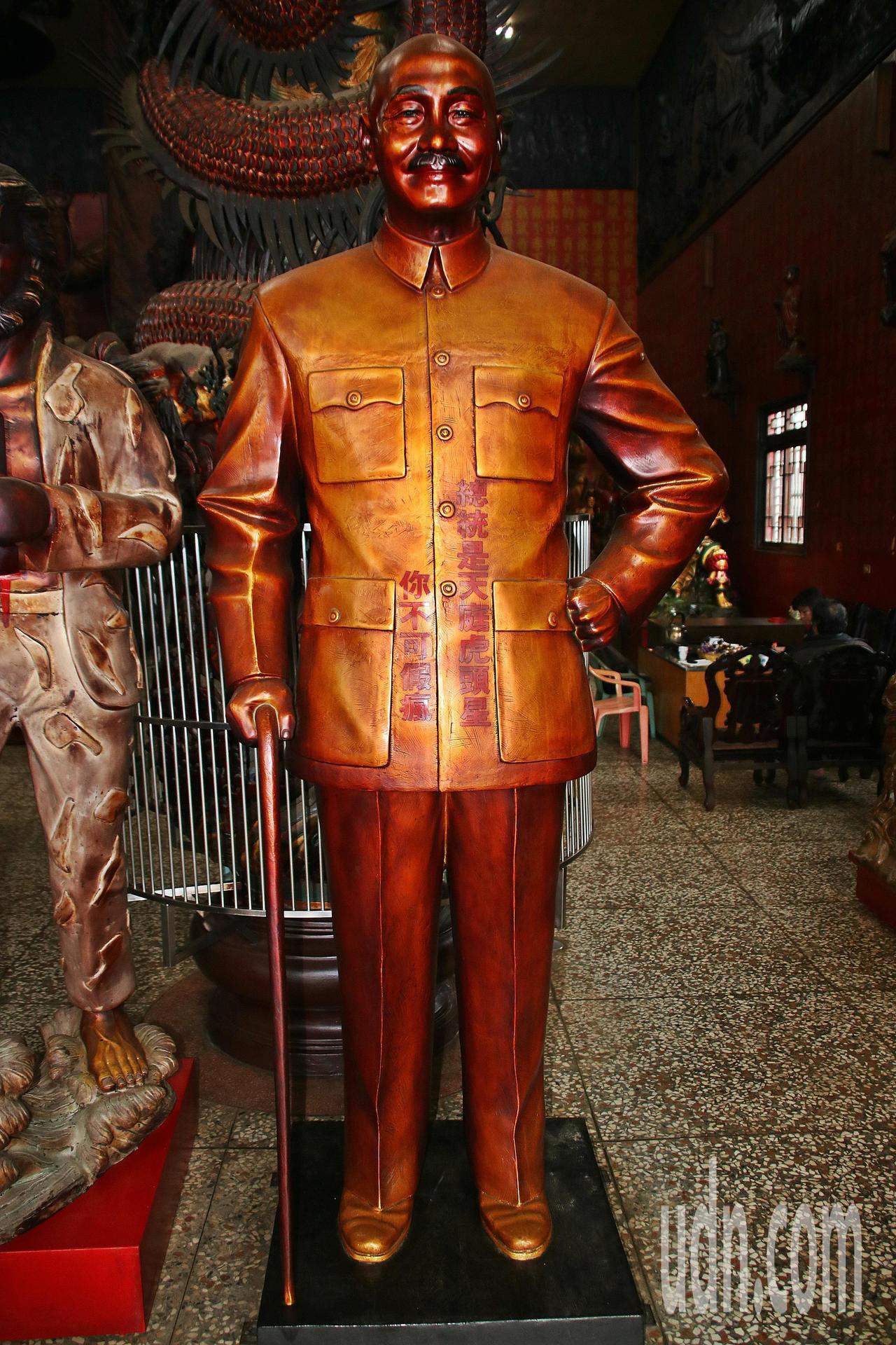 寺方後來在蔣公銅像上添了「總統是天庭虎頭星 你不可假瘋」等語,告訴民眾銅像已是神...