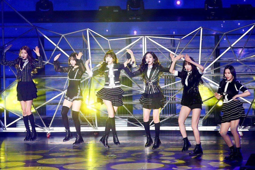韓國女子團體GFRIEND在新莊體育館開唱。記者王騰毅/攝影