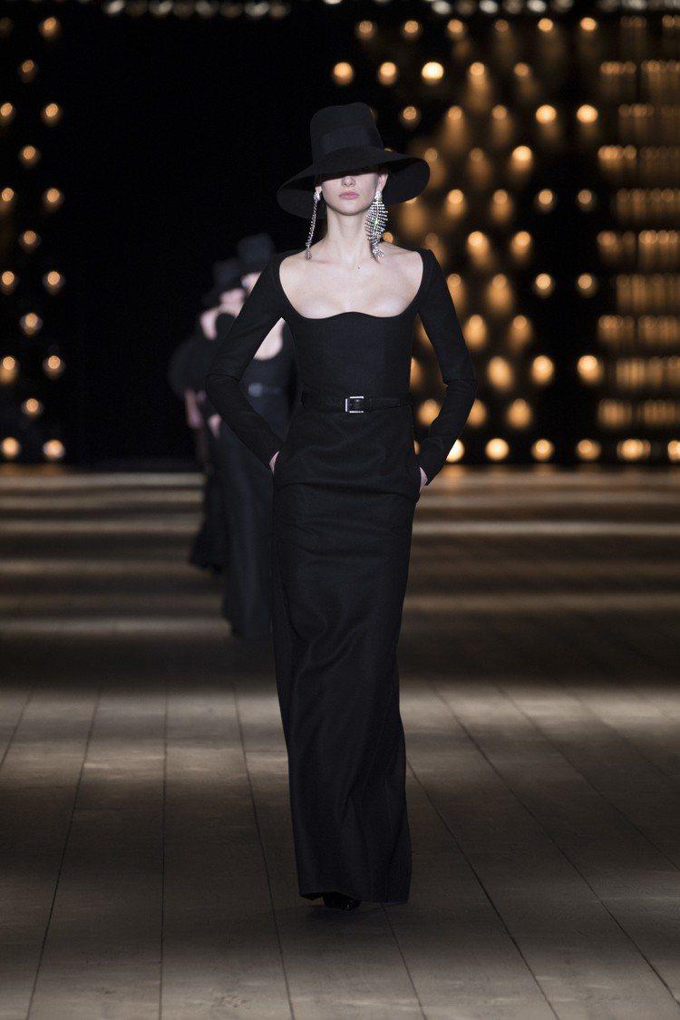 寬邊帽與黑色晚裝展現獨屬於Saint Laurent的絕美線條。圖/Saint ...