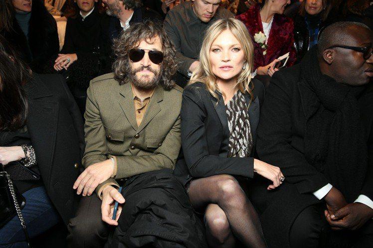 導演暨演員Vincent Gallo和凱特摩絲是Saint Laurent看秀嘉...