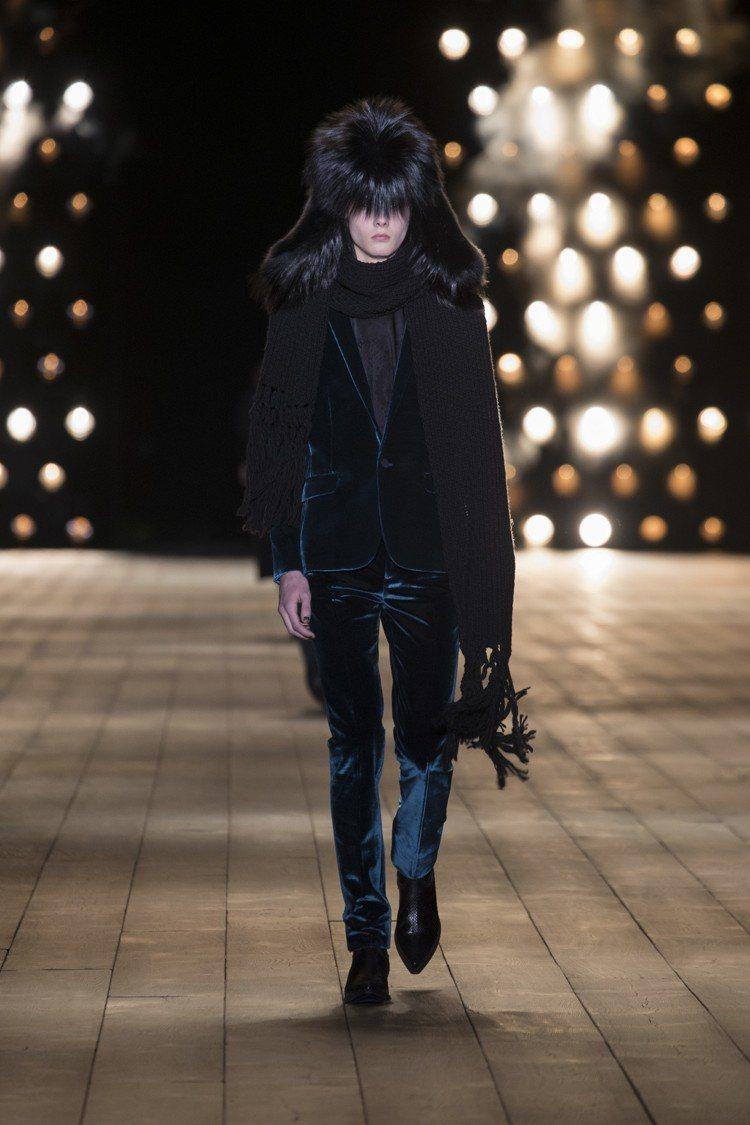 雷鋒帽是當季迷人的單品,藍絲絨色在貫穿伸展台的黑色中相當搶眼。圖/Saint L...