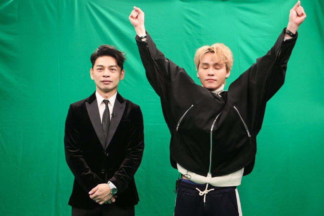 阿Ken(左)和展榮擔任網路選秀節目「超級新人王+」評審。圖/ETtoday提供