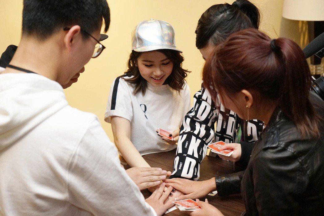 鄧紫棋24日在澳門開唱,和幸運粉絲在後台玩撲克牌。圖/蜂鳥音樂提供
