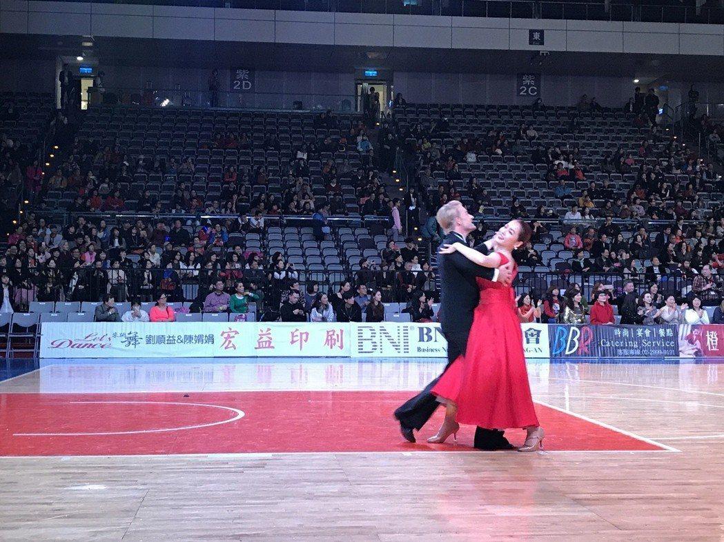 小嫻跟法比歐共舞。記者葉君遠/攝影