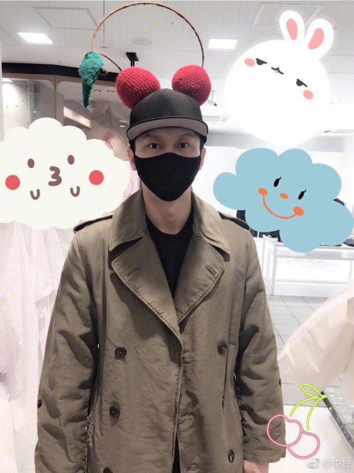 李晨微博分享賣萌照,卻被網友眼尖發現人疑似在婚紗店。圖/摘自微博