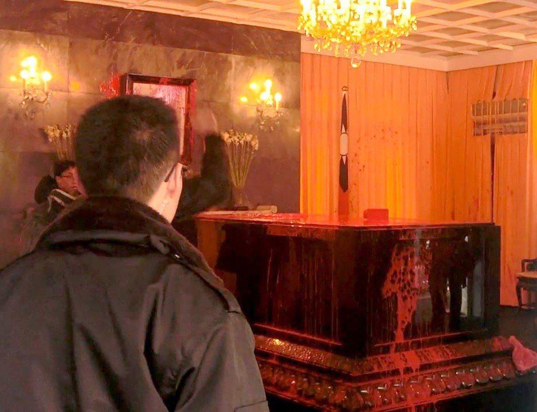 數名青年把紅漆潑灑在慈湖陵寢蔣中正棺柩上。警方表示,因事發突然,禮兵來不及應變,...