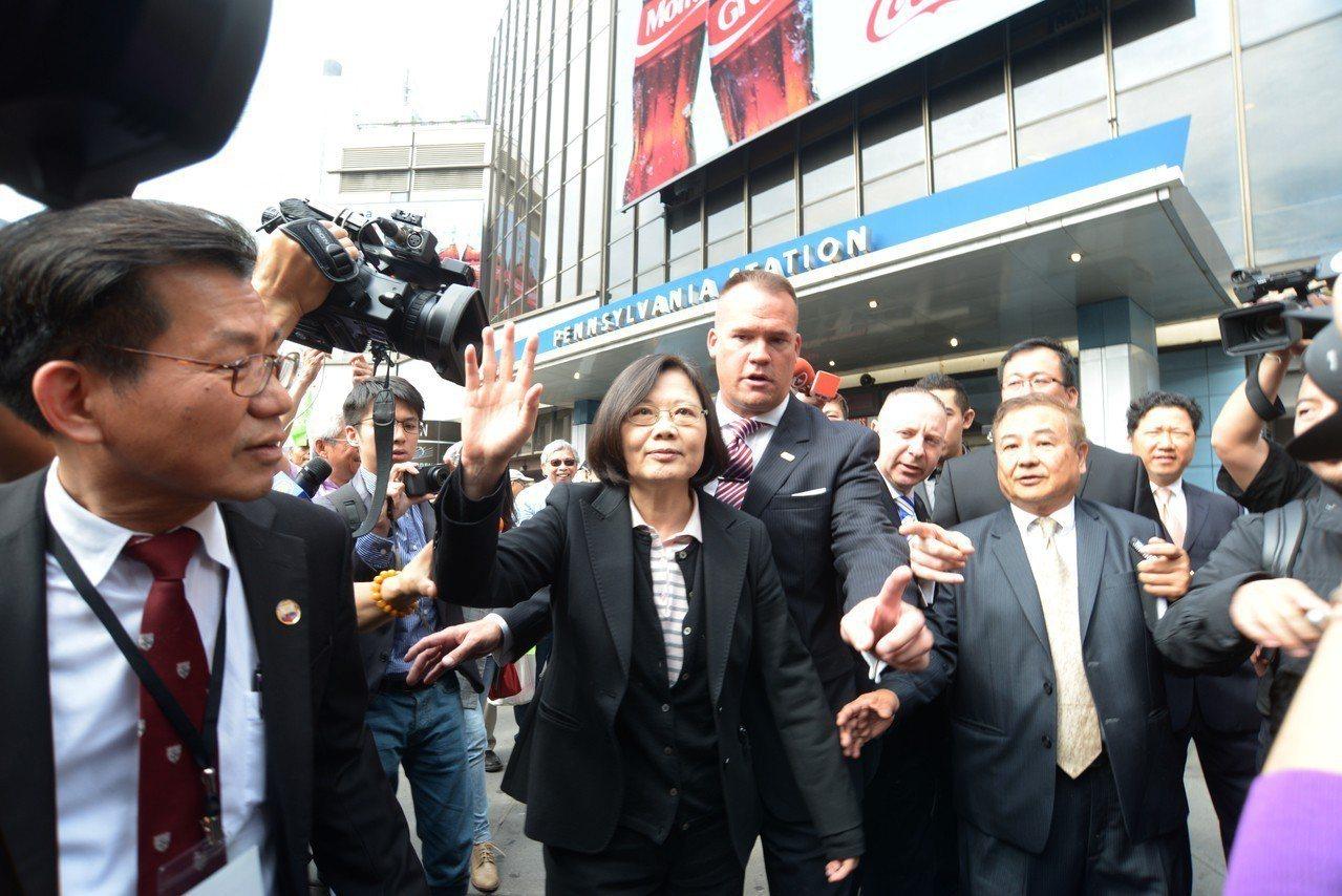 2016年時為中華民國總統參選人的民進黨主席蔡英文(中)自華府抵達紐約賓州車站,...