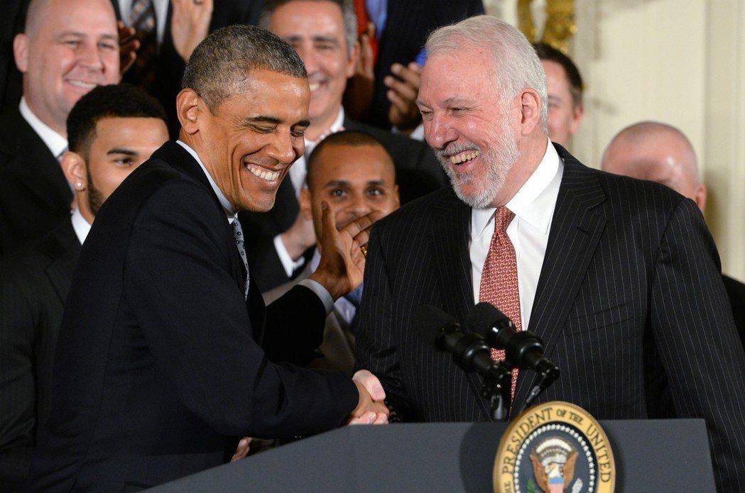 歐巴馬(左)若是NBA球員,最想加入馬刺,讓波總受寵若驚。 歐新社