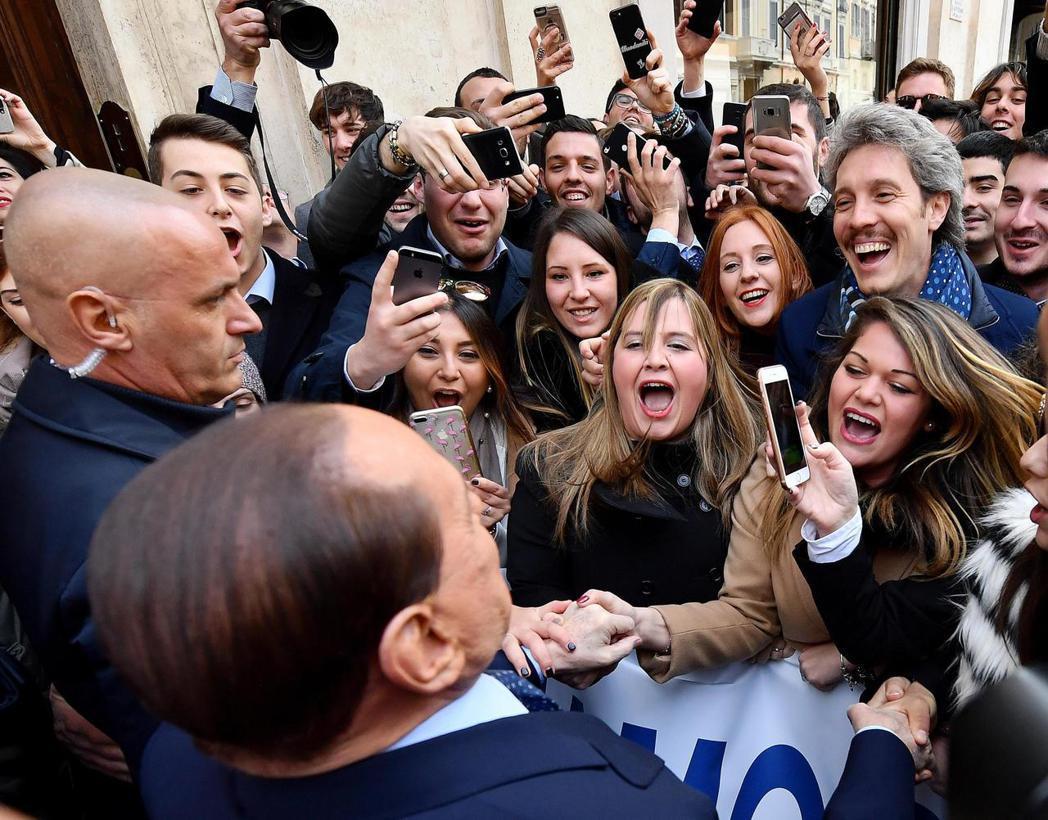 貝魯斯柯尼出現在羅馬街頭,人氣不減當年。 美聯社