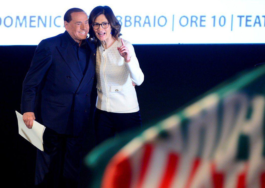 貝魯斯柯尼(左)與任內的教育部長潔米尼出席米蘭的競選活動。 路透