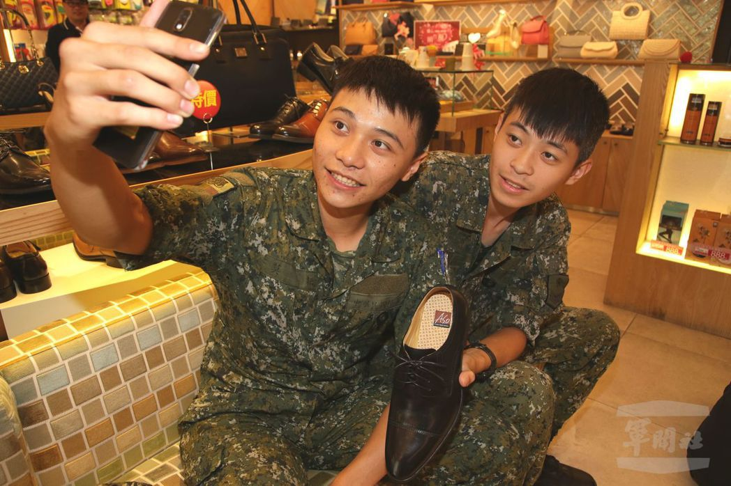 去年與前年軍人節,軍方都曾發動企業界推出優惠,例如穿軍服拍照打卡可享折扣。 圖/...