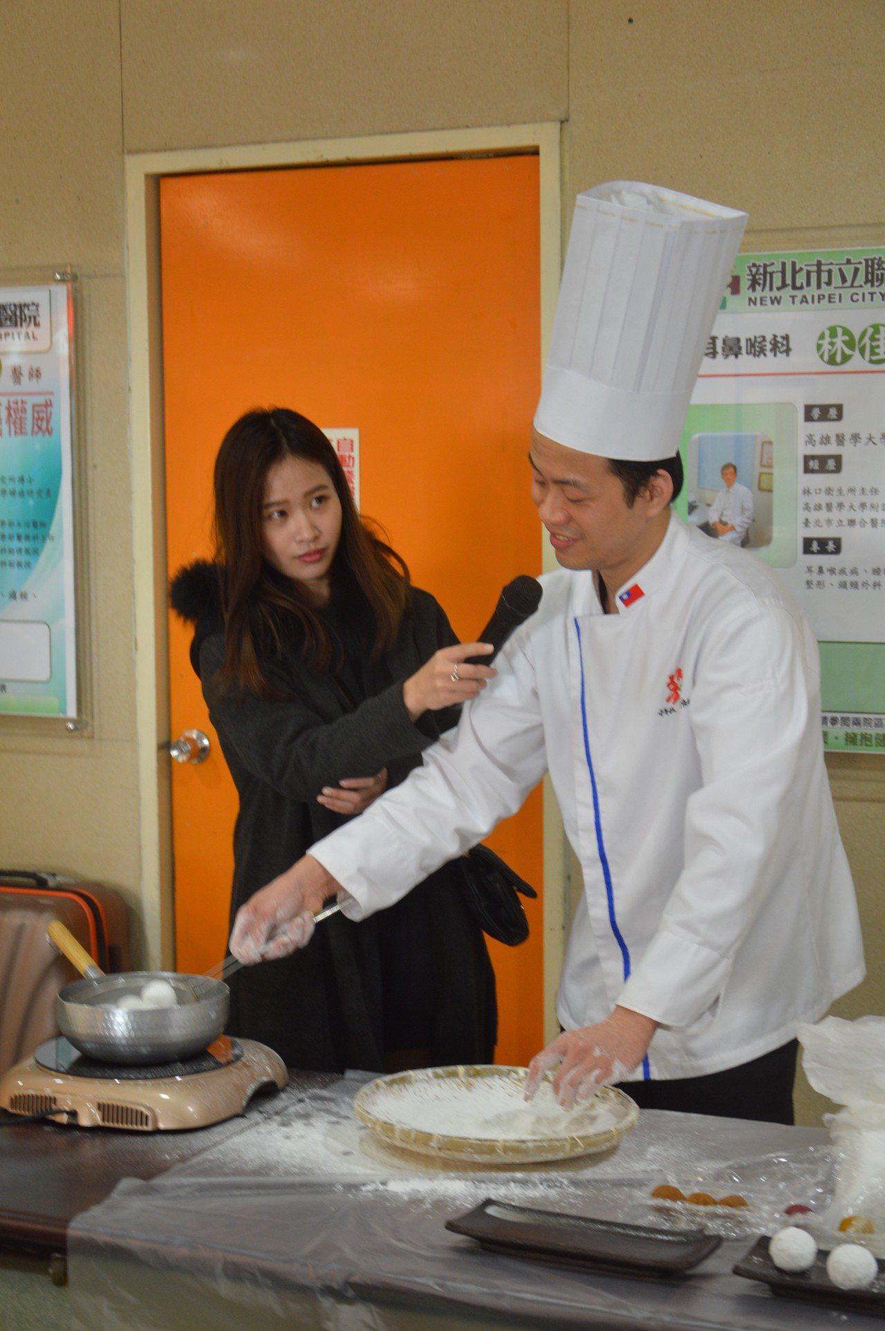張晏瑜(右)示範如何搖元宵。記者施鴻基/攝影