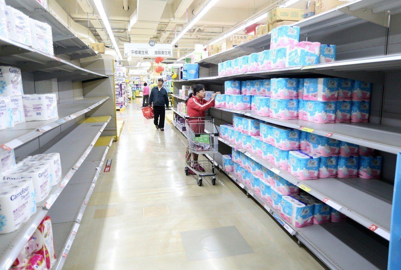 近日因衛生紙即將漲價的消息造成民眾搶購,如今已掀起萬物皆漲風暴。圖/聯合報系資料...