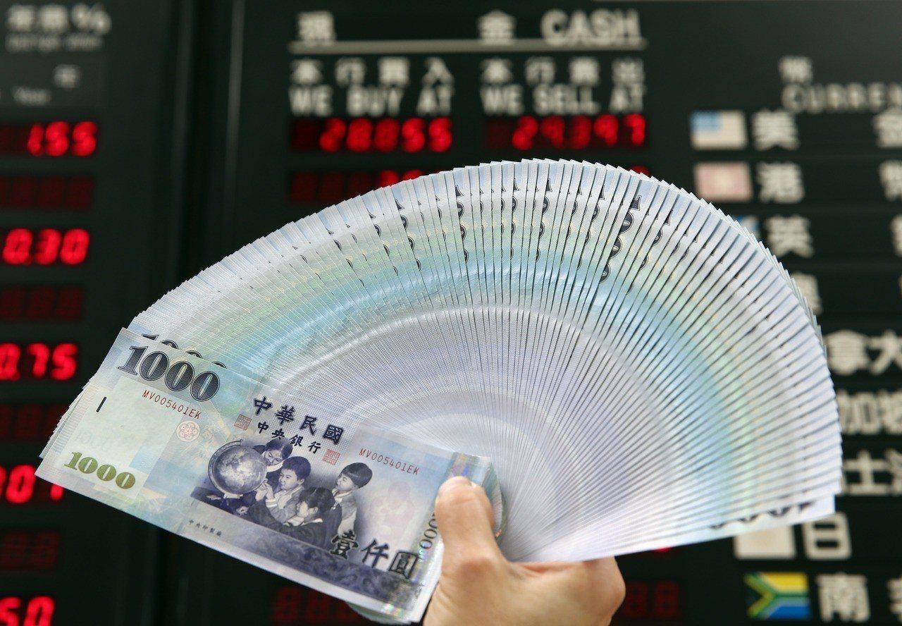 新台幣今日午盤貶7分。聯合報系資料照