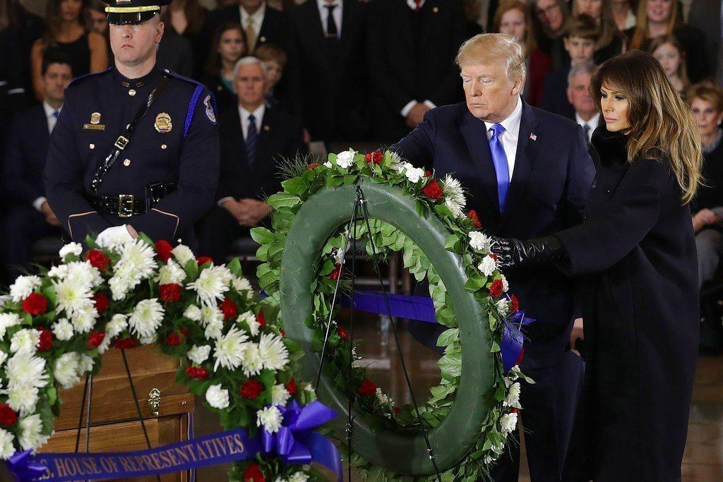 川普夫婦至國會大廈追悼「美國牧師」葛理翰。 美聯社