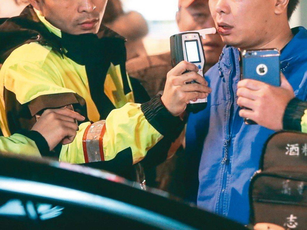 強制汽車責任險新制今天上路,「酒駕加費」費率從原本的2100元,提高到3600元...