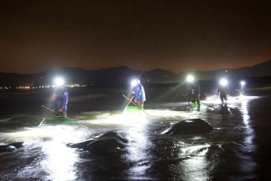 漁民穿著青蛙裝在冷冽海水中,手持三角網、頭戴探照燈,利用鰻苗趨光性順著海浪捕撈。...
