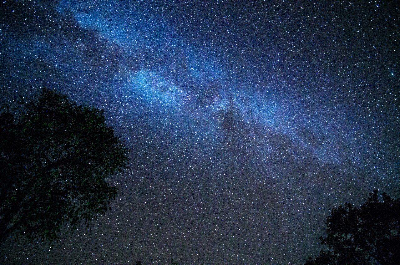 示意圖。天文學家28日宣布首次偵測到宇宙最早恆星的訊號,這些恆星誕生於136億年...