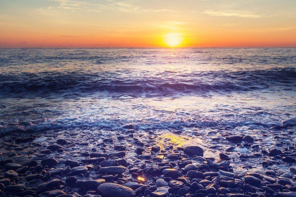 男子駕駛剛買的新車載友人到苗栗海邊看夕陽,不料漲潮,車輛受困沙灘,險些被海水淹沒...