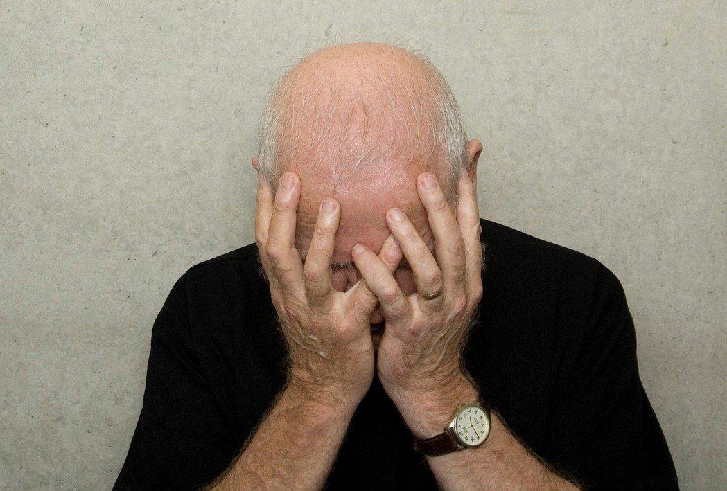 老年憂鬱症常以身體不適做掩護,憂鬱又有較高自殺風險,親友應多關心。 圖/ingi...
