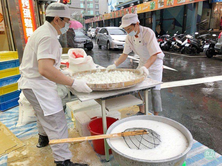 傳統元宵節吃的元宵,是用餡料沾水在裝有糯米粉的竹篩上搖製而成。(攝於大普美藝術蛋...
