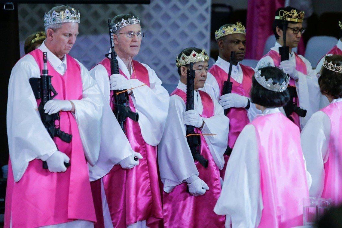 數百對教友夫妻出席典禮,但他們手上不是抱著新娘捧花,而是一支支貨真價實的AR-1...
