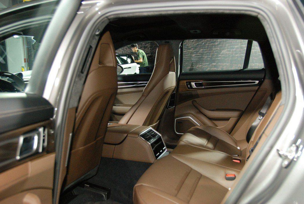 創新的4+1座設計,以後排外側2張獨立式座椅包覆中間的第3座,相當特別。 記者林鼎智/攝影