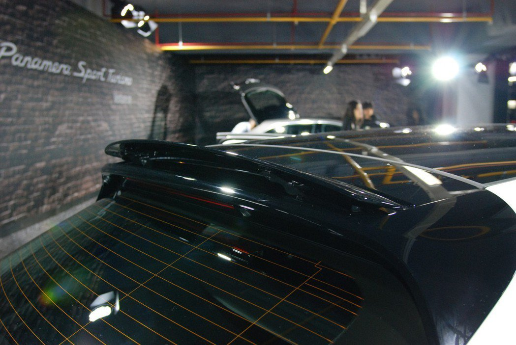 Panamera Sport Turismo 後尾門處配備可三段角度調整的主動式車頂擾流板,可依車速及駕駛模式提供 -7° 至 26° 的揚程。 記者林鼎智/攝影